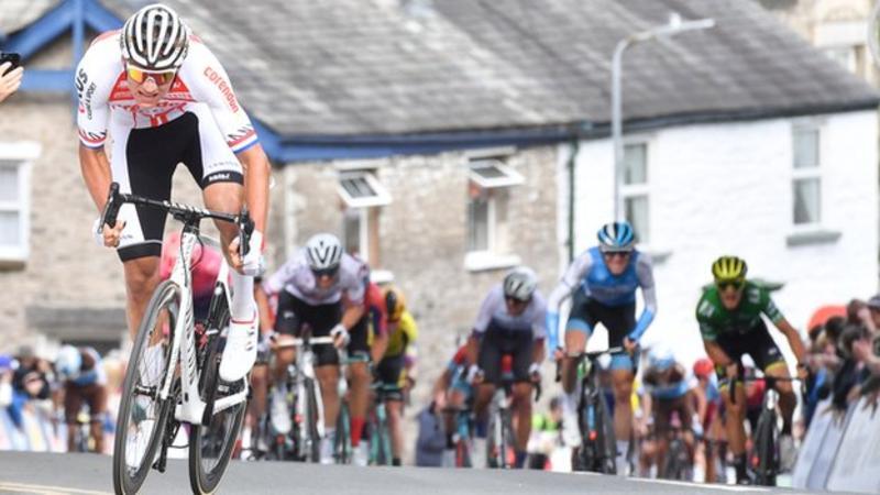 Il numero incredibile di Mathieu Van der Poel, sullo strappo di Kendal, nella quarta tappa del Tour of Britain.