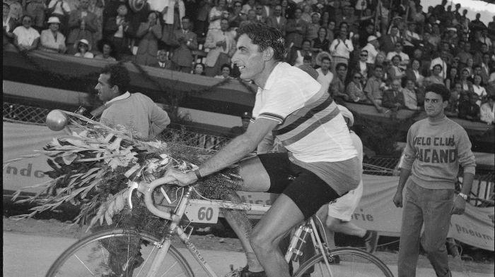 Fausto Coppi, a Lugano, il 30 agosto 1953, compie il giro d'onore con la maglia iridata: è l'apice assoluto, popolare, del ciclismo in Italia.