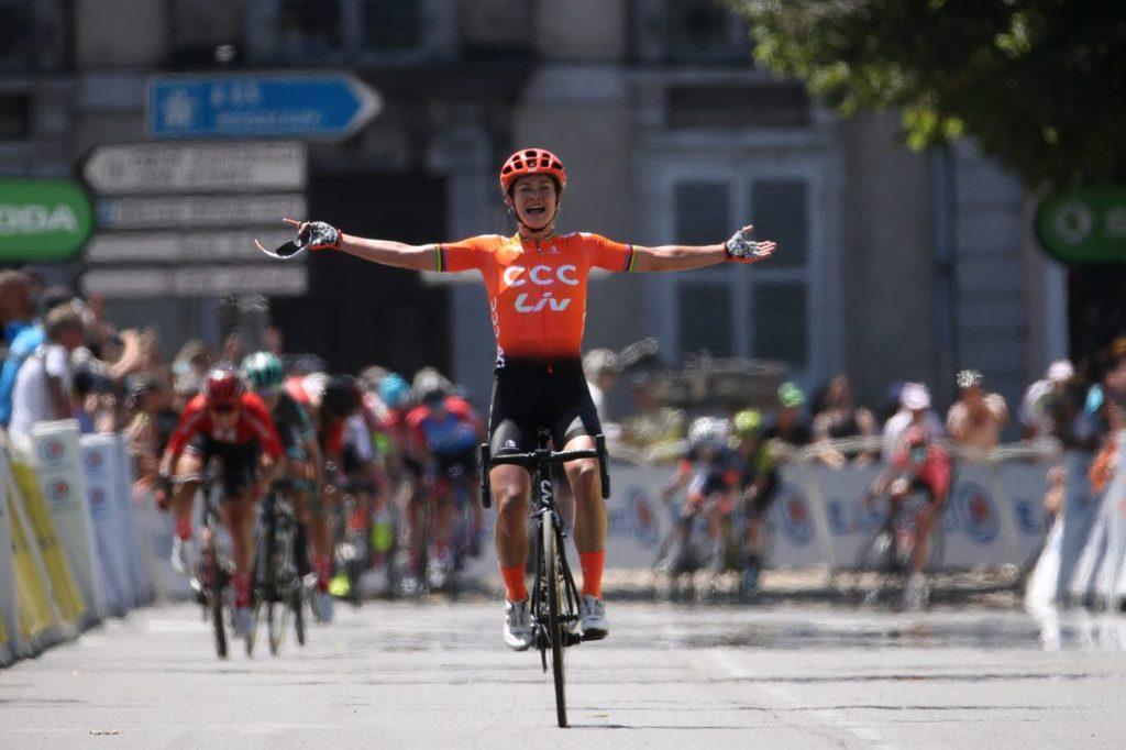 Marianne Vos si aggiudica La Course del Tour, a Pau, con una fucilata ai 400 metri. La concorrenza, dispersa.